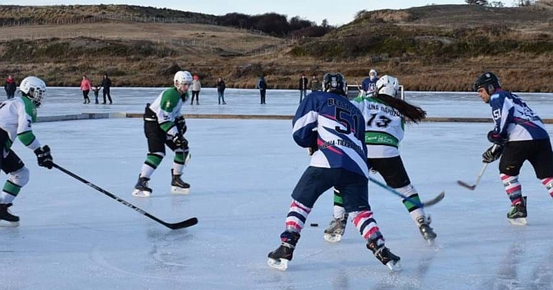 Club Andino de Ushuaia bests Ushuaia's Los Ñires Hockey Club on pond ice in the 2018 Championship match. photo: Gobernacion Provincia de Antartica Chilena